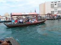 Barco fazendo a travessia de turistas